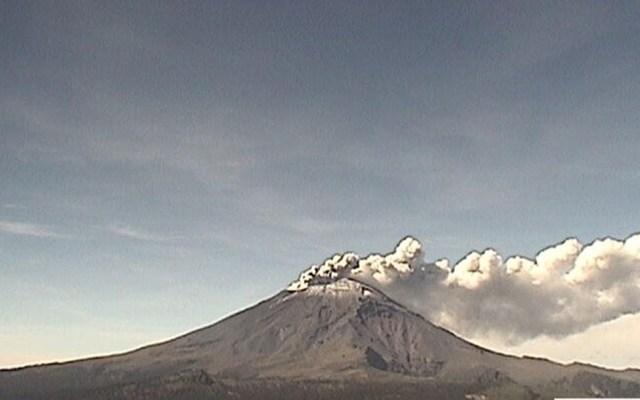 Exhalaciones del Popocatépetl dispersarían ceniza a Puebla y Morelos - Exhalación del Popocatépetl. Foto de @PC_Estatal