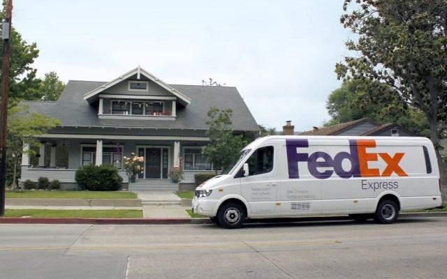 FedEx demanda al Gobierno de Estados Unidos por restringir envíos - Camioneta de reparto de FedEx. Foto de Twitter