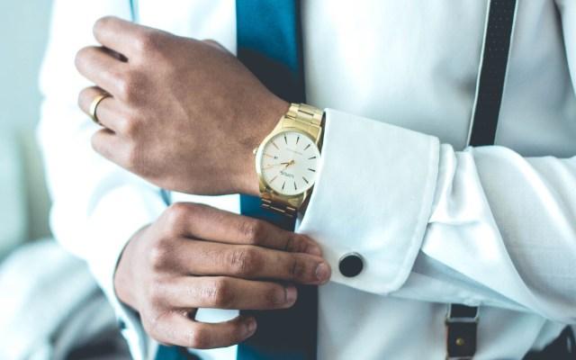 Relojes albergan ocho veces más suciedad que baños - Hombre con reloj de mano. Foto de Jonathan Francisca / Unsplash