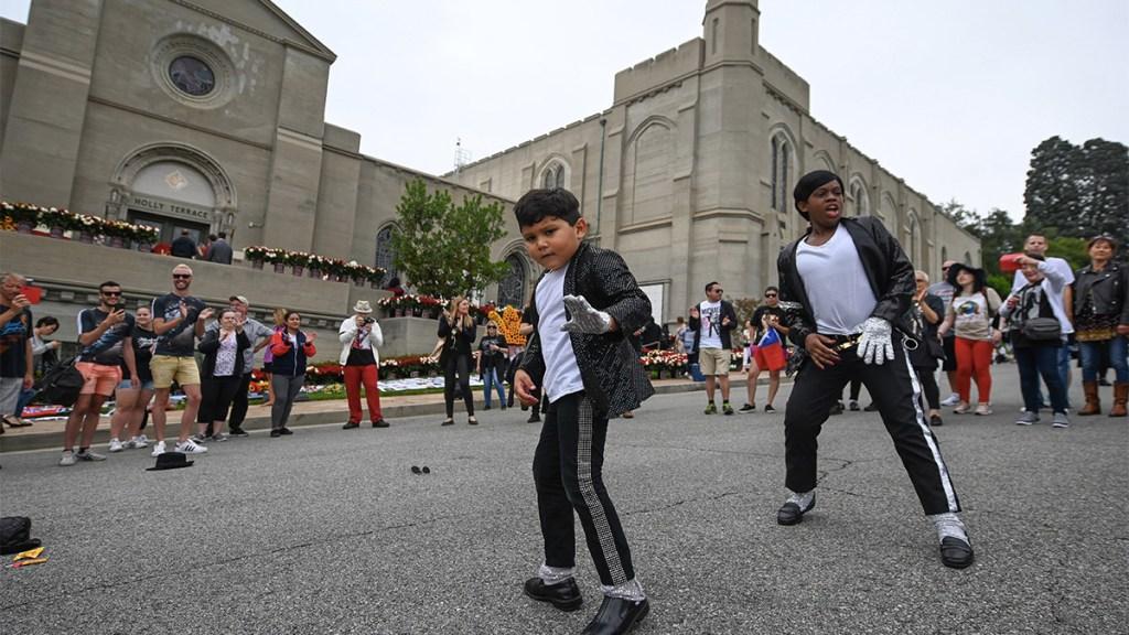 Fanáticos homenajean a Michael Jackson a diez años de su muerte. Noticias en tiempo real