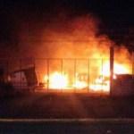 Ataque con bombas molotov incendia tractocamiones en Chetumal