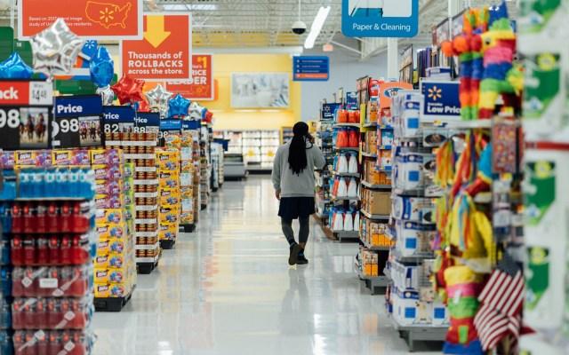 Más de 500 empresas piden a Trump acabar guerra comercial con China - Interior de un Walmart en Estados Unidos. Foto de Hanson Lu / Unsplash