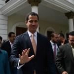 Denuncian agresiones de chavistas contra diputados en Venezuela - Juan Guaidó afuera del Parlamento venezolano. Foto de Federico PARRA / AFP
