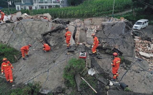 Aumenta a 13 cifra de víctimas por sismo en China - Labores tras sismo en China. Foto de @CGTNOfficial