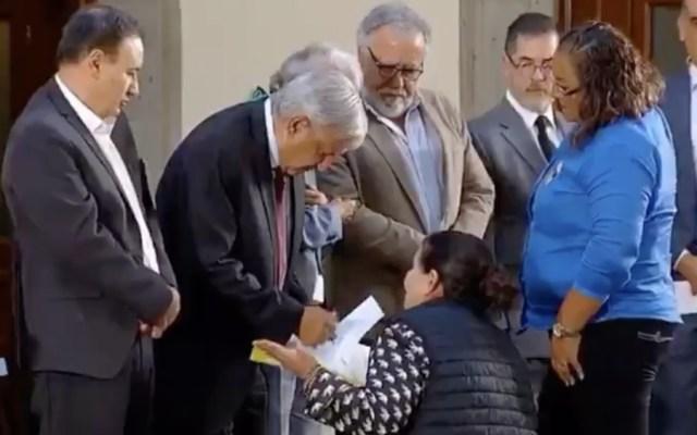 #Video Mujer se arrodilla ante AMLO para pedir por familiar desaparecido