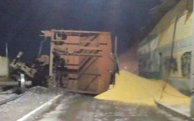 Descarrila tren en Querétaro y riega toneladas de maíz - Maíz regado tras volcadura. Foto de Al Momento Querétaro