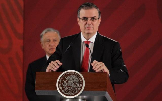 No se tienen acuerdos secretos con EE.UU.: Marcelo Ebrard - López Obrador y Marcelo Ebrard al micrófono. Foto de Notimex- Guillermo Granados.