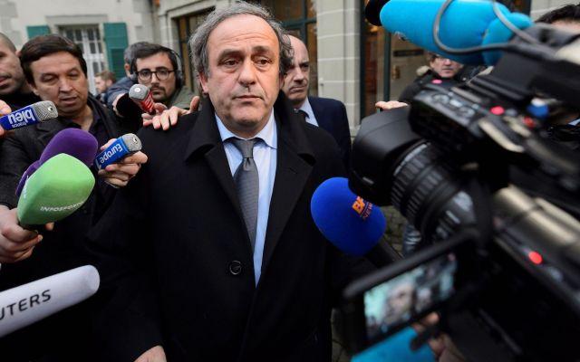 Detienen a Michel Platini - Foto de archivo del entonces presidente de la UEFA Michel Platini (C), rodeado de periodistas, tras asistir a una vista del Tribunal Internacional de Arbitraje Deportivo (TAS) en Lausana (Suiza) el 08 de diciembre de 2015. Foto de EFE/Laurent Gillieron.
