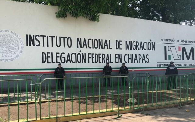 Suspenden ingreso de asociaciones religiosas y ONGs a estaciones migratorias - Miembros del Servicio de Protección Federal afuera de estación migratoria de Tapachula. Foto de SSPC