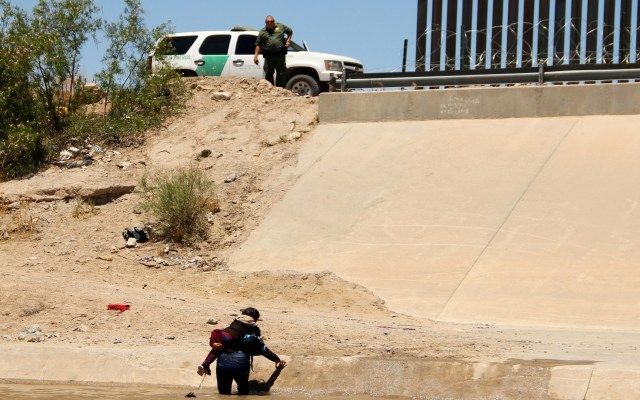 Aprueban en EE.UU. 4.5 mdd de ayuda para la frontera con México - Migrante cruzando a Estados Unidos con su hijo por el Río Bravo. Foto de AFP / Herika Martinez