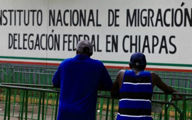 Segob desconoce oficio que suspende acceso de ONGs a estaciones migratorias - Migrantes frente a estación migratoria. Foto de Notimex