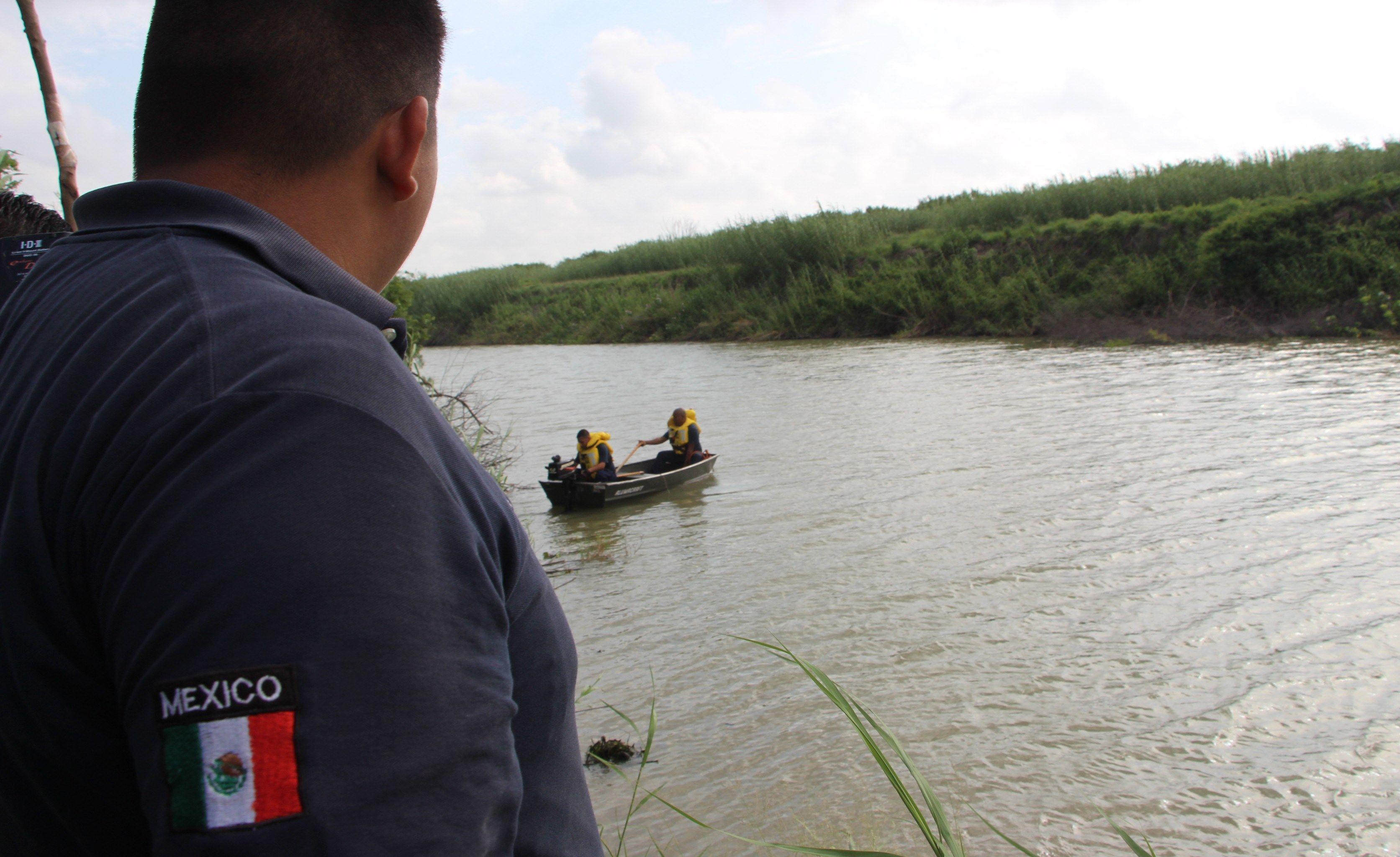 Rescatista de Protección Civil mexicana en la zona donde fueron hallados los cuerpos sin vida de presunto migrante y su bebé, ambos de origen salvadoreño, a la orilla del Río Bravo en Matamoros, frontera con Estados Unidos, en Tamaulipas. Foto de EFE/ Abraham Pineda-Jácome.