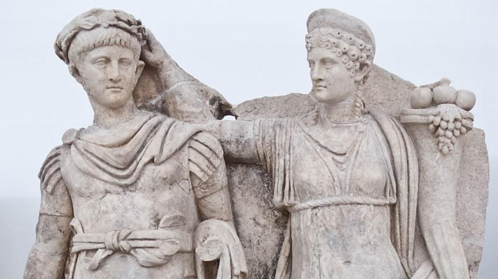 ¿Nerón tocaba la lira mientras Roma se incendiaba? - El empeador Nerón siendo coronado por su madre Agripina, estatua ubicada en el Museo de Afrodisias. Foto de Carlos Delgado/Wikipedia