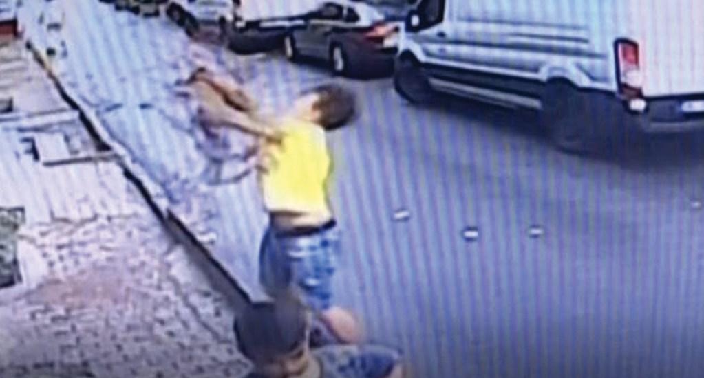 #Video Joven atrapa a niña que cae de una ventana en Estambul - Captura de pantalla