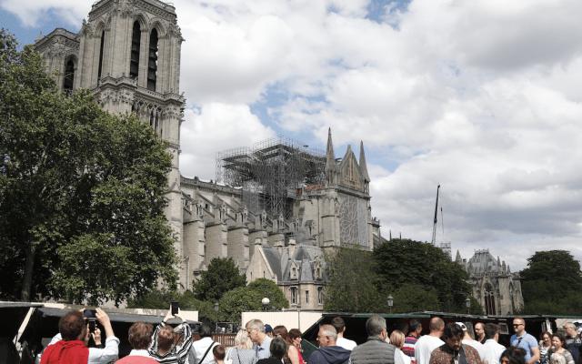 Comenzarán a desmontar estructura que rodeaba a Notre-Dame - Foto de AFP