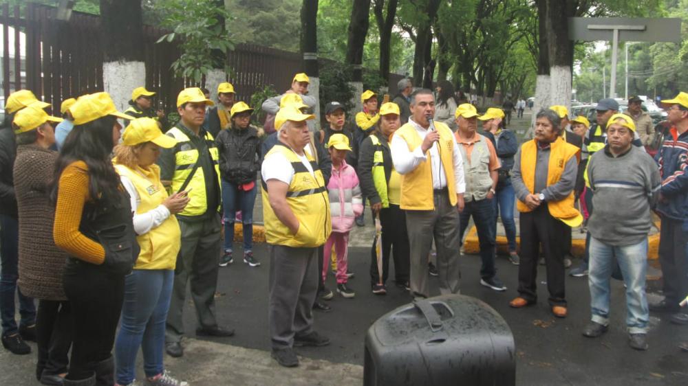 Protestan integrantes del PRD afuera del Canal Once