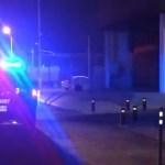 Presunto ladrón muere atravesado por barandal de casa en Guadalajara - Policía en la calle donde fue hallado muerto un presunto ladrón. Captura de pantalla