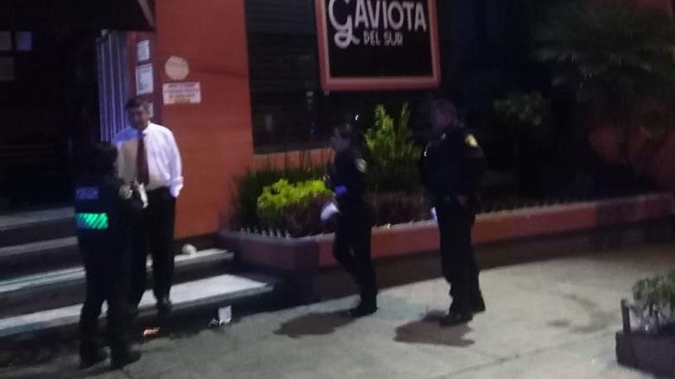 Policías afuera del bar. Foto Especial