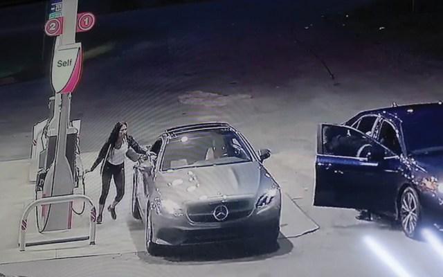 #Video Mujer entra por ventanilla a su coche para evitar robo - Captura de pantalla