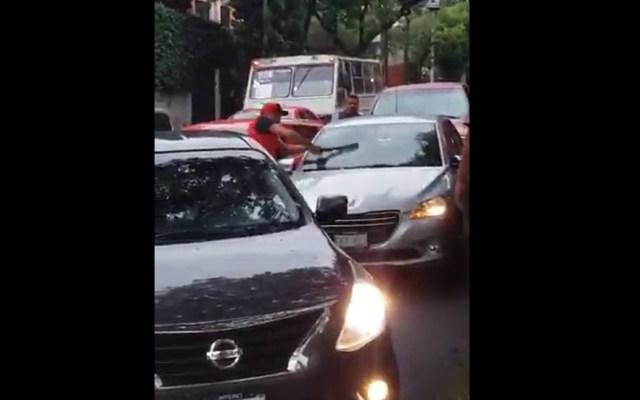 Cancelarán licencia y tarjetón a taxista que golpeó auto con palo - Un taxista causó daños por 20 mil pesos a un auto particular en la Ciudad de México. Captura de pantalla