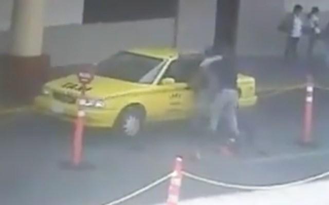#Video Taxista agrede a personal de seguridad en Terminal de Autobuses de Querétaro - Foto de captura de pantalla