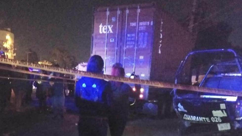 Conductor de torton impacta patrulla y asesina a policía en Ecatepec - Torton contra patrulla sobre la Texcoco-Lechería. Foto de @alertasurbanas