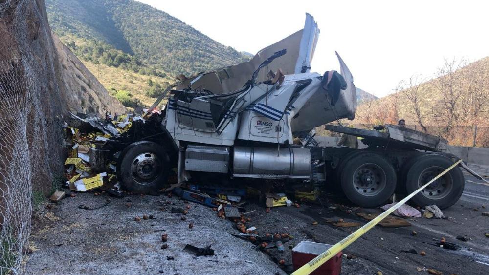Muere conductor de tráiler al chocar contra talud de arena en Coahuila - Foto de Vanguardia Coahuila