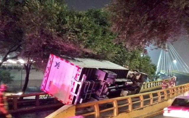Vuelca camión sobre Circuito Interior - Foto de @alertasurbanas