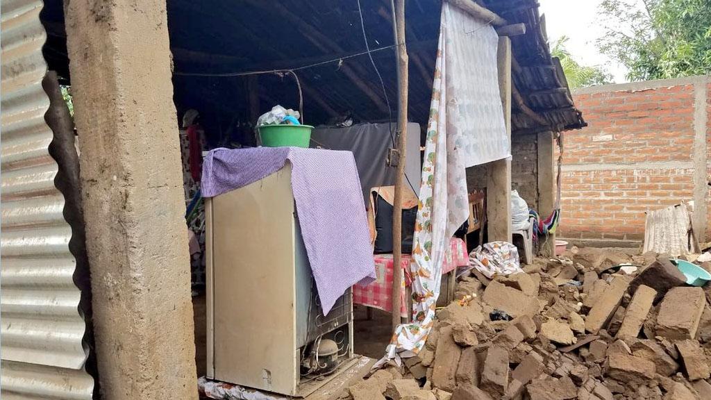 Suman 84 réplicas del fuerte sismo del jueves en El Salvador - Vivienda dañada en el caserío La Jícama por sismo del jueves en El Salvador. Foto de @PROCIVILSV