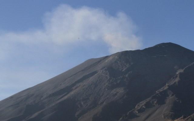 Emisiones de vapor de agua del Popocatépetl se dispersan al suroeste - Foto de @Notimex