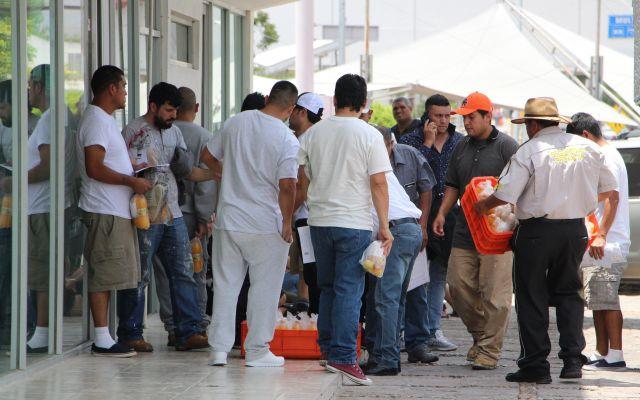 Cónsul de México en NY confirma cero detenciones por redadas - MEX7340. MATAMOROS (MÉXICO), 15/07/2019 .-Migrantes mexicanos que permanecían en Estados Unidos continúan llegando, tras ser deportados vía terrestre, al punto fronterizo de Puente Nuevo, este lunes en el municipio de Matamoros, estado de Tamaulipas (México). EFE/Abraham Pineda Jácome