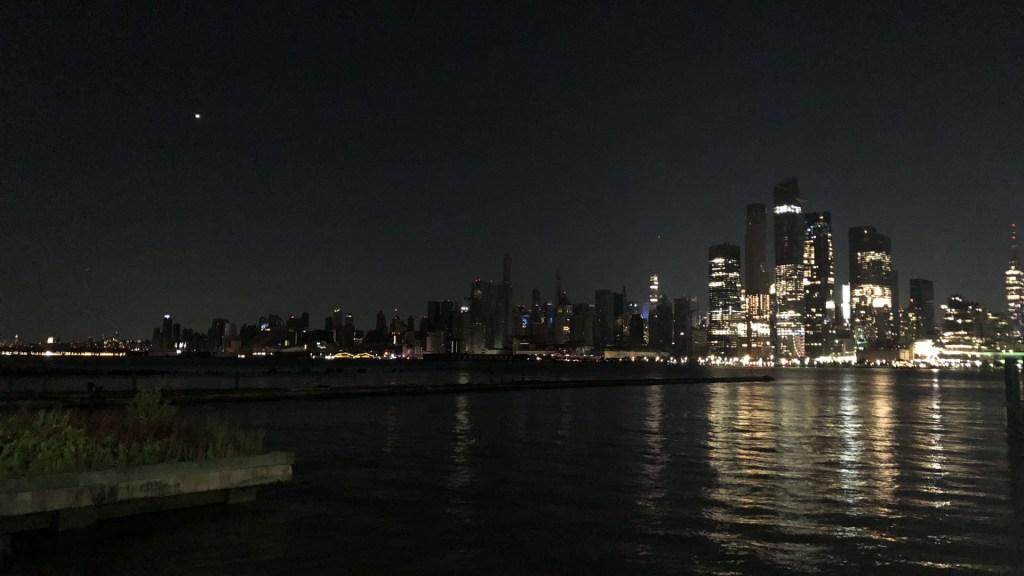 Gobernador de Nueva York ordena investigación del 'inaceptable' apagón - Apagón en Manhattan visto desde Hoboken. Foto de @hottakejohn