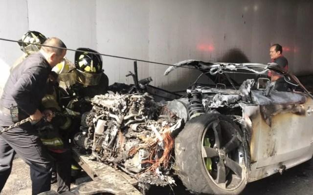 Se incendia vehículo en Circuito Interior - Auto incendiado Circuito Interior