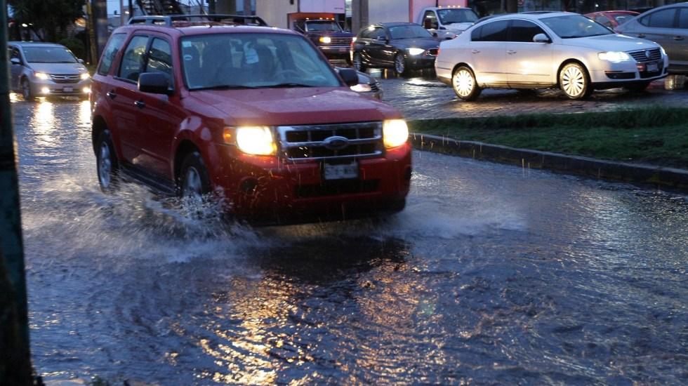 Lluvia provoca afectaciones en la Ciudad de México - Automovilista circulando bajo la lluvia en la Ciudad de México. Foto de Notimex