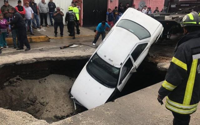 #Video Automóviles caen a profundo socavón en Ecatepec - Autos en socavón de Ecatepec. Foto de @trespm
