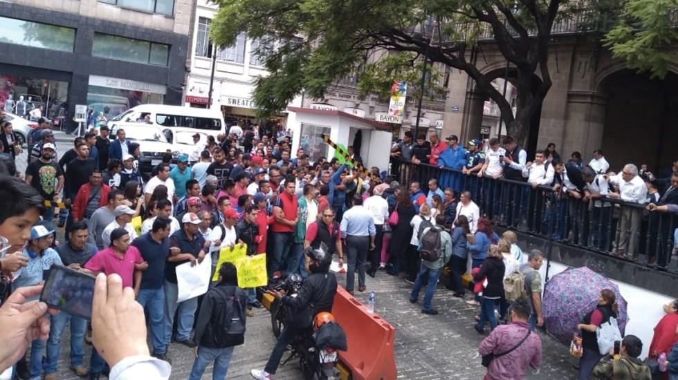 #Video Bomberos bloquean acceso a palacio de Gobierno de la Ciudad de México - Foto de @angulosiete