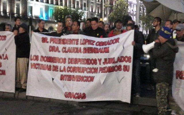 Protestan bomberos y nutriólogos frente a sede de gobierno capitalino y Palacio Nacional - La protesta de Bomberos. Foto de @MrElDiablo8