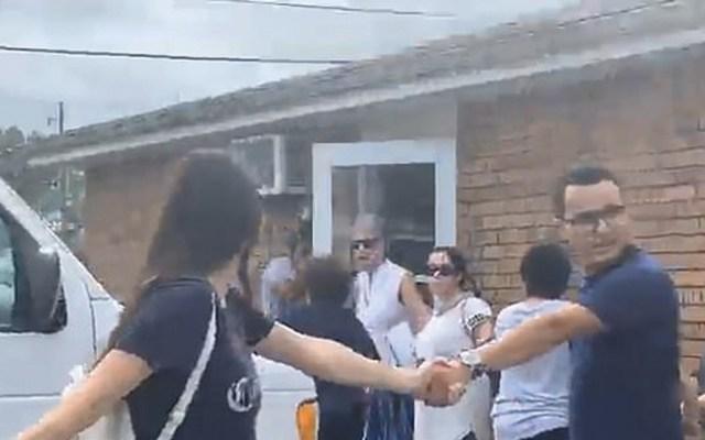 #Video Cadena humana para evitar que hombre y su hijo fueran detenidos por ICE - Captura de pantalla