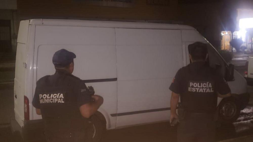 Detienen en Querétaro a chofer que transportaba a 30 migrantes en camioneta - Foto de @poesqro