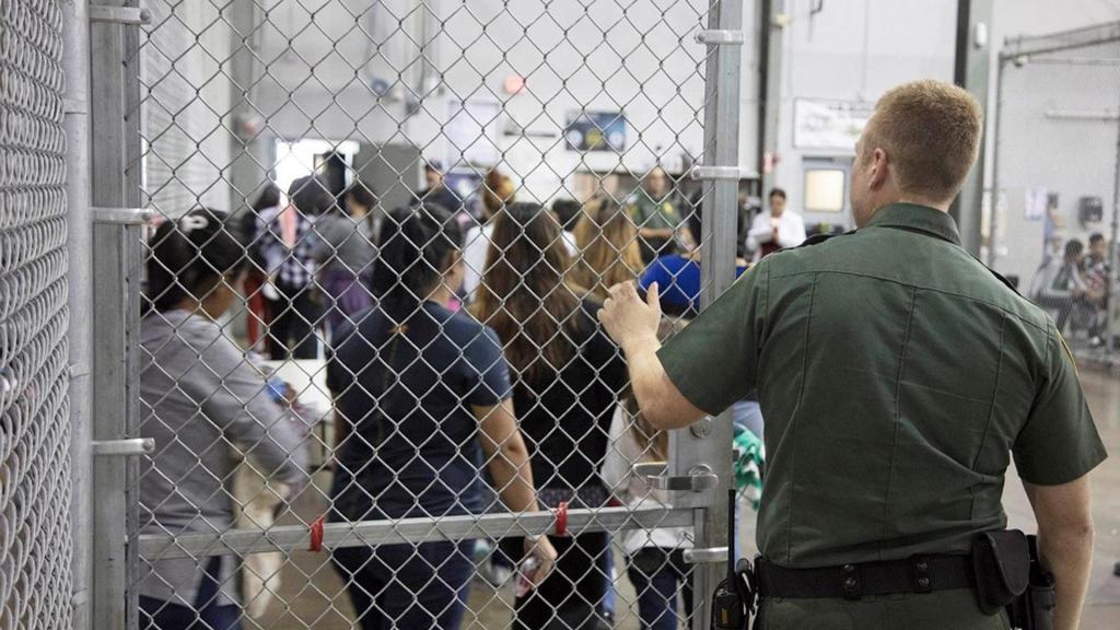 Patrulla Fronteriza de EE.UU. contrata civiles para agilizar procesamiento de migrantes - Un centro de internamiento de inmigrantes en McCallen, Texas. Foto de EFE.–