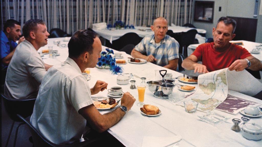 Desayuno de Neil Armstrong, Michael Collins y Buzz Aldrin antes de viajar al satélite natural de la Tierra. Foto de NASA