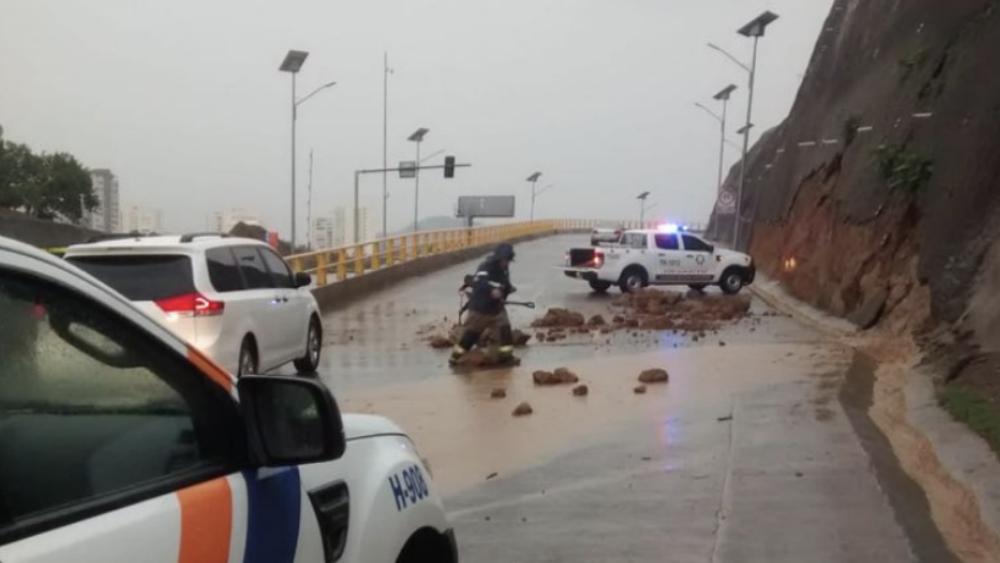 Lluvia ocasiona encharcamientos y deslave en Huixquilucan. Noticias en tiempo real