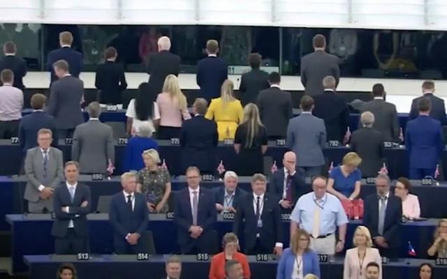Eurodiputados del partido Brexit dan la espalda al Himno a la Alegría - Foto de eldiario.es