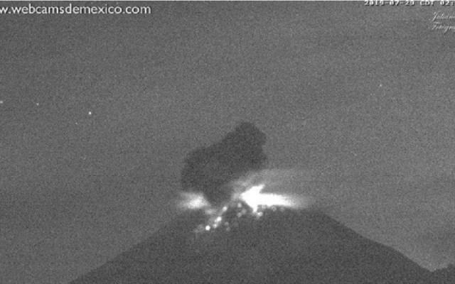 Popocatépetl lanza material incandescente en dos explosiones - Explosión del volcán Popocatépetl a las 02:29 h del 29 de julio. Foto de @PC_Estatal / @webcamsdemexico