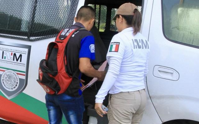 Aseguran en Zacatecas a 50 migrantes centroamericanos; 20 son menores - Agente del INM y migrante, archivo. Foto de Notimex
