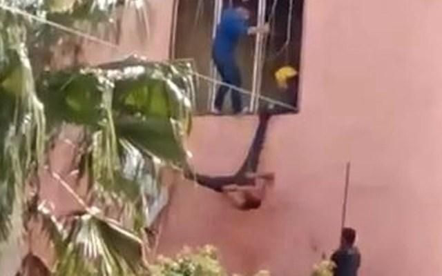 #Video Golpean a presunto ladrón de autos en Tonalá, Jalisco - Captura de pantalla