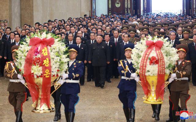 Kim Jong-un honra a su abuelo en el 25 aniversario de su muerte - Foto de EFE/EPA/KCNA EDITORIAL USE ONLY.