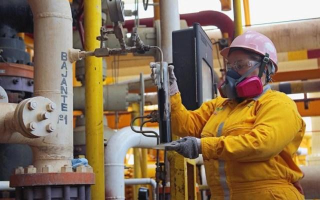 Moody's recomienda al Gobierno Federal aumentar apoyo a Pemex - Laboratorista realizando evaluación de control de calidad del crudo mexicano. Foto de @Pemex