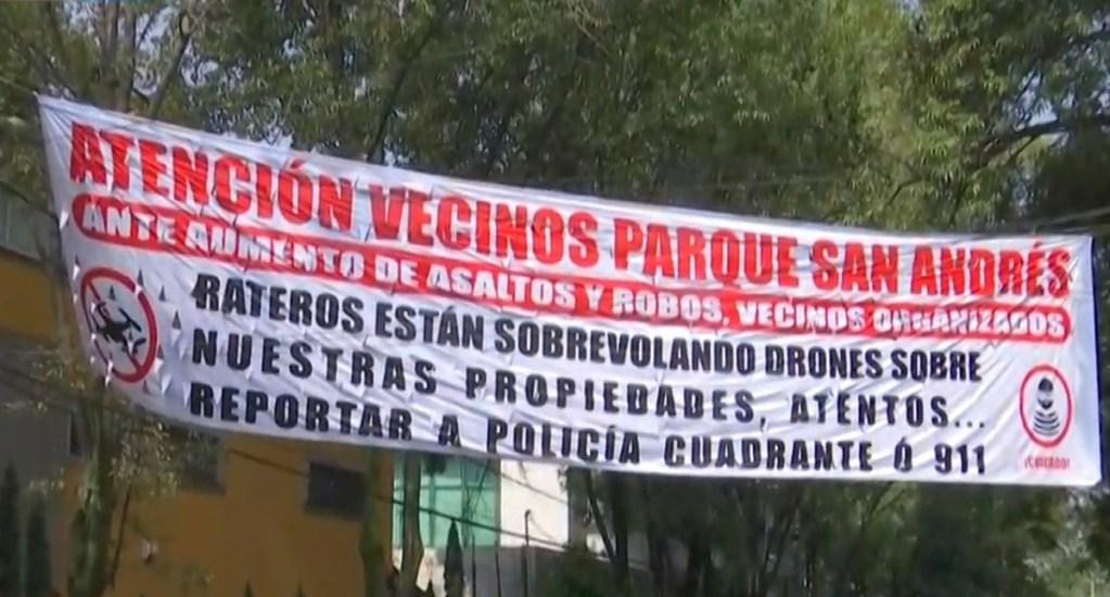 Denuncian uso de drones para vigilar casas que robarán en Coyoacán - Manta de amenaza a delincuentes. Captura de pantalla / Noticieros Televisa
