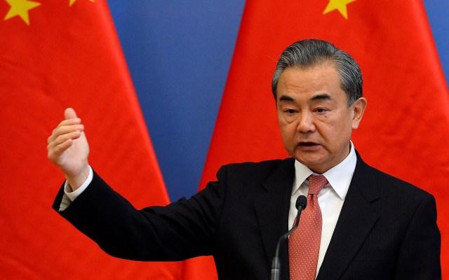 China advierte a EE.UU. que 'juega con fuego' al vender armas a Taiwán - Wang Yi, ministro de Asuntos Exteriores de China. Foto de EFE / EPA / Lajos Soos